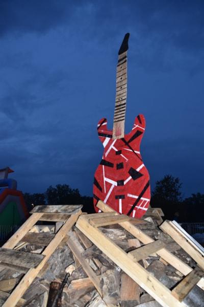<big><big>The ten foot guitar before the big bonfire!